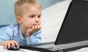 maluch przy komputerze
