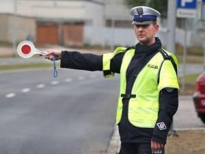 policjant zatrzymujący samochód
