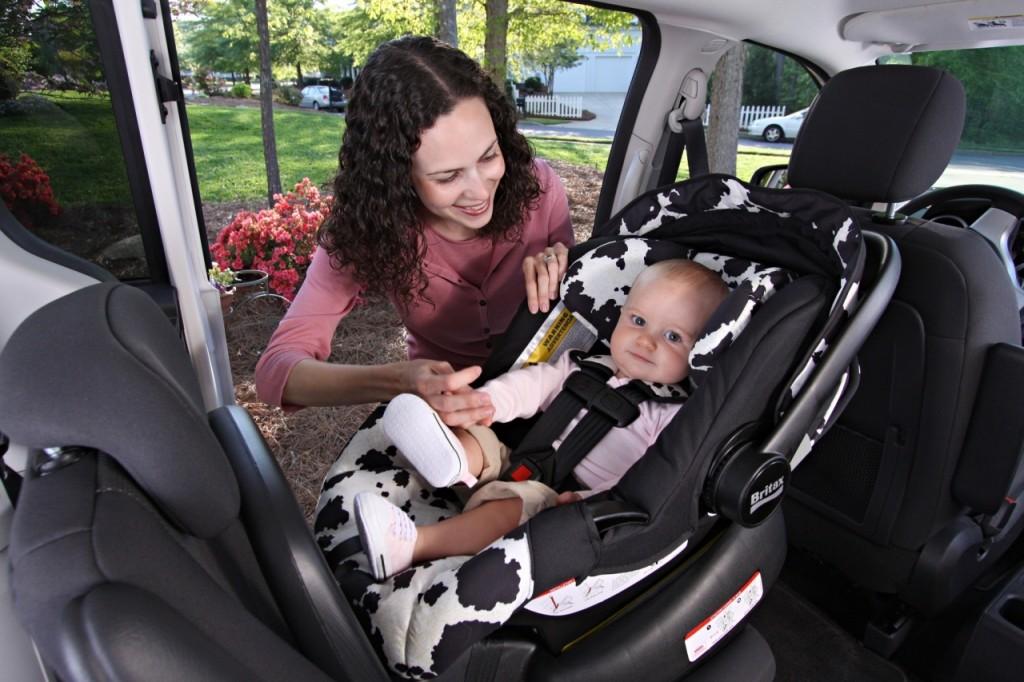 niemowlę w foteliku samochodowym