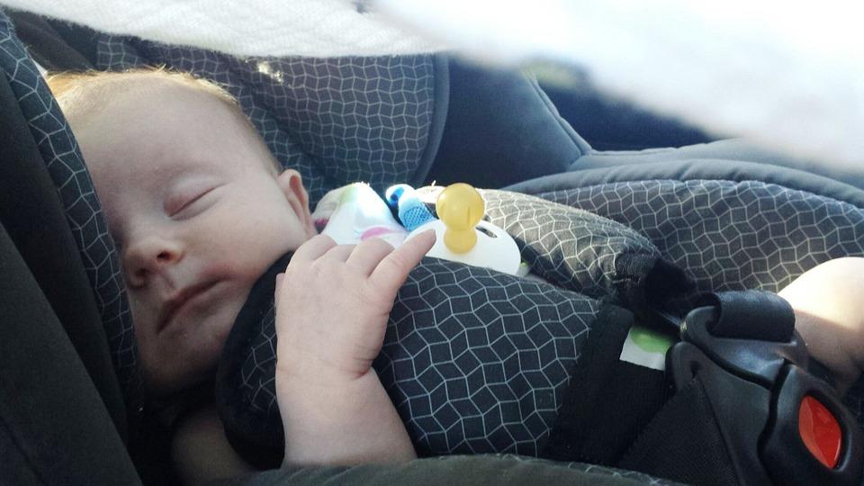 bezpieczne dziecko w samochodzie