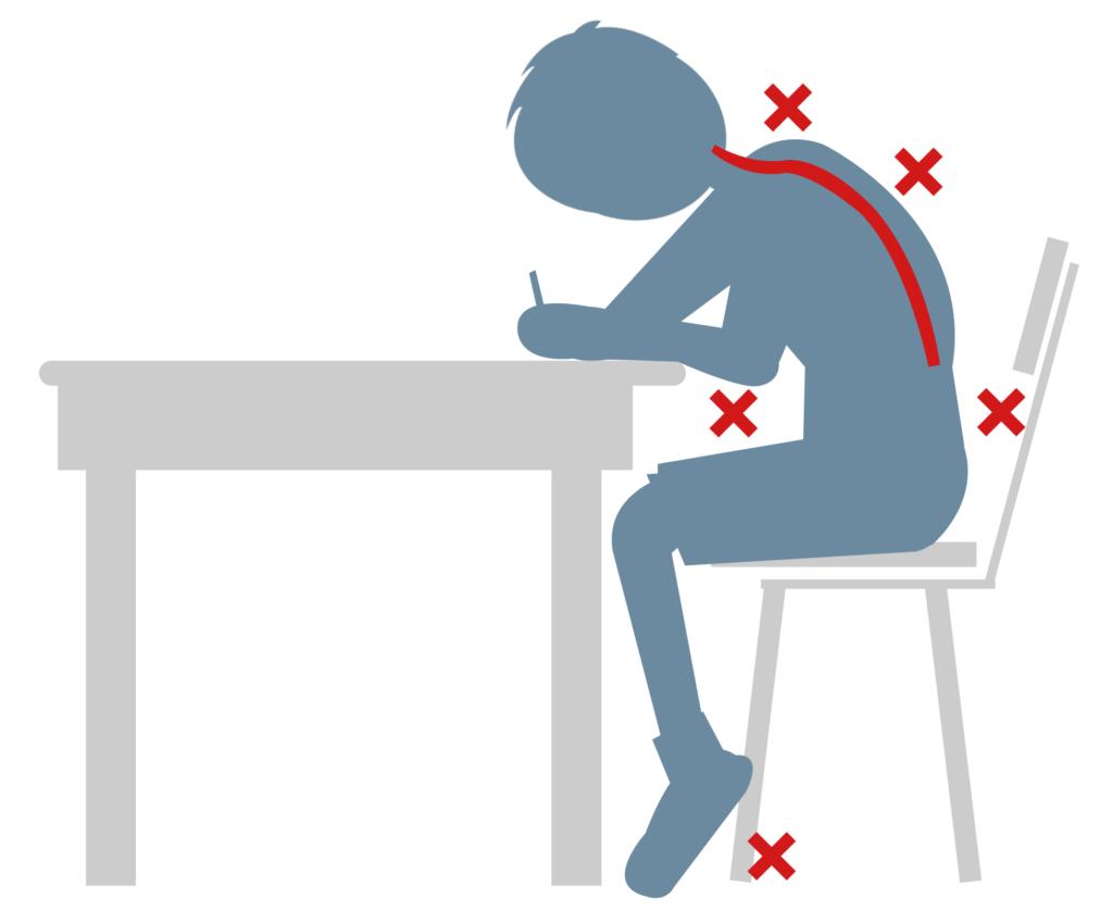 jak prawidłowo siedzieć przy biurku