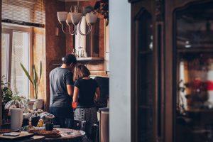 para wspólnie przygotowuje posiłek